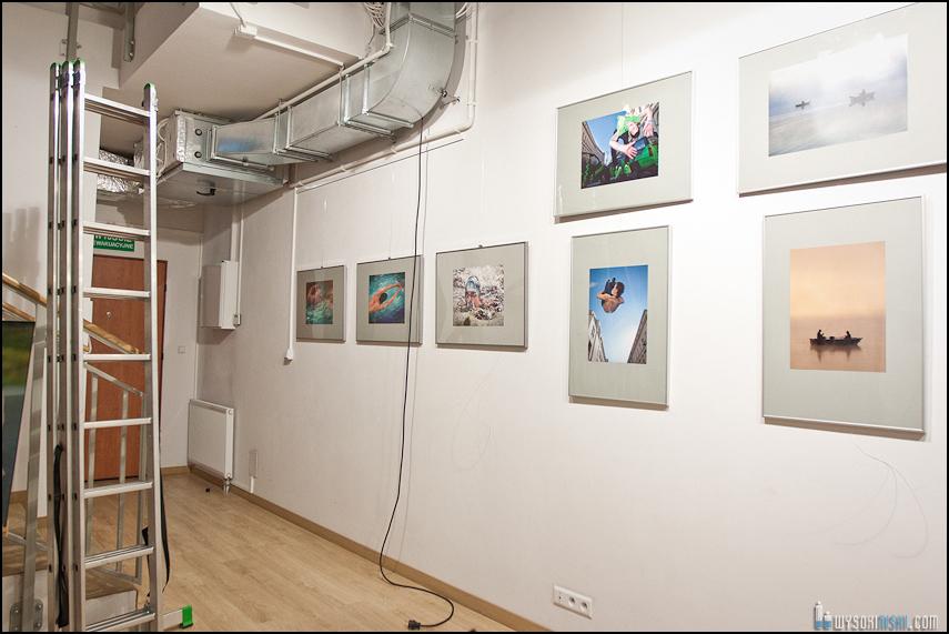 wieszanie zdjęć w Służewskim Domu Kultury (5)
