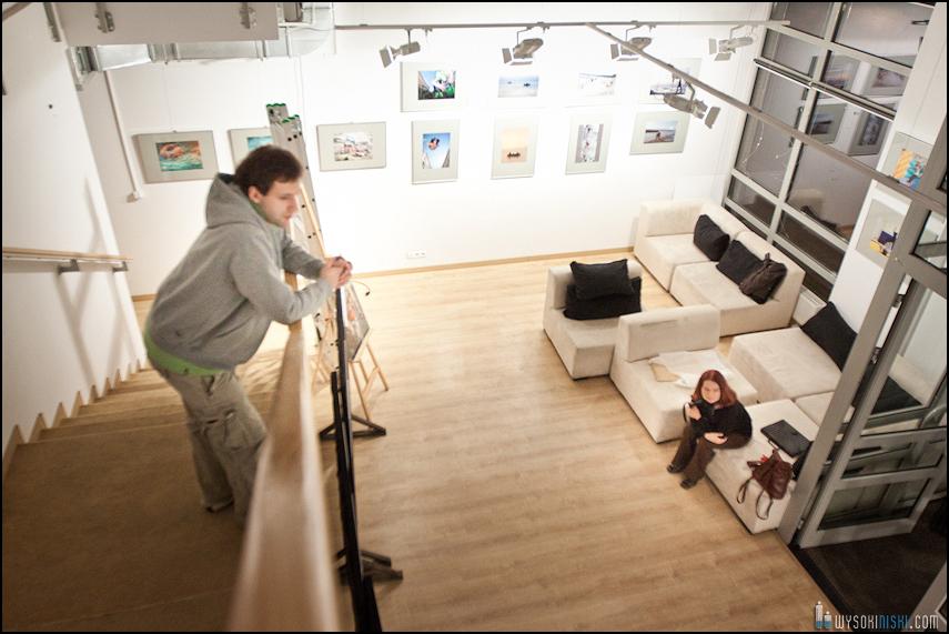 wieszanie zdjęć w Służewskim Domu Kultury (4)