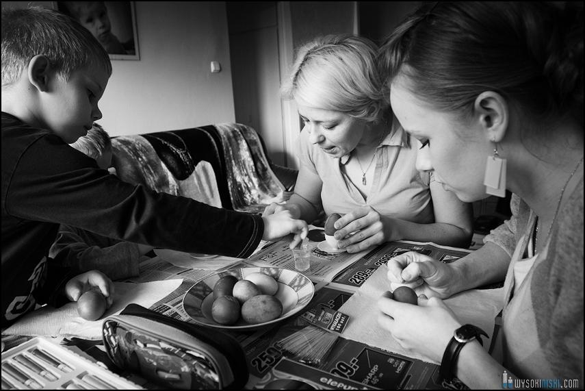 fotografia rodzinna, dzieci, wielkanocne przygotowania i pisanki (14)