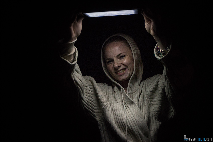 nietypowe studio fotograficzne, tablet i telefon zamiast studyjnych lamp błyskowych (2)