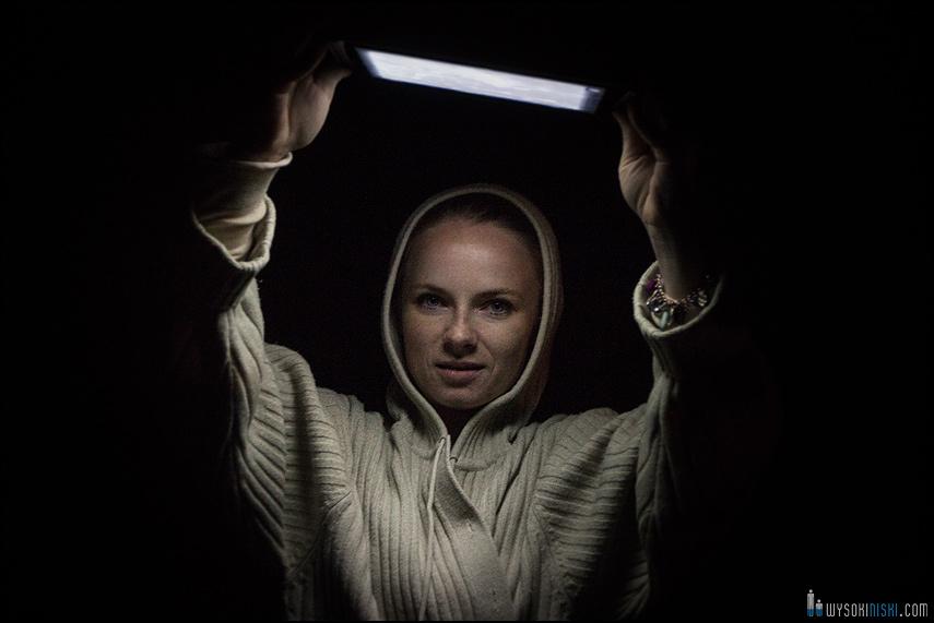 nietypowe studio fotograficzne, tablet i telefon zamiast studyjnych lamp błyskowych (1)
