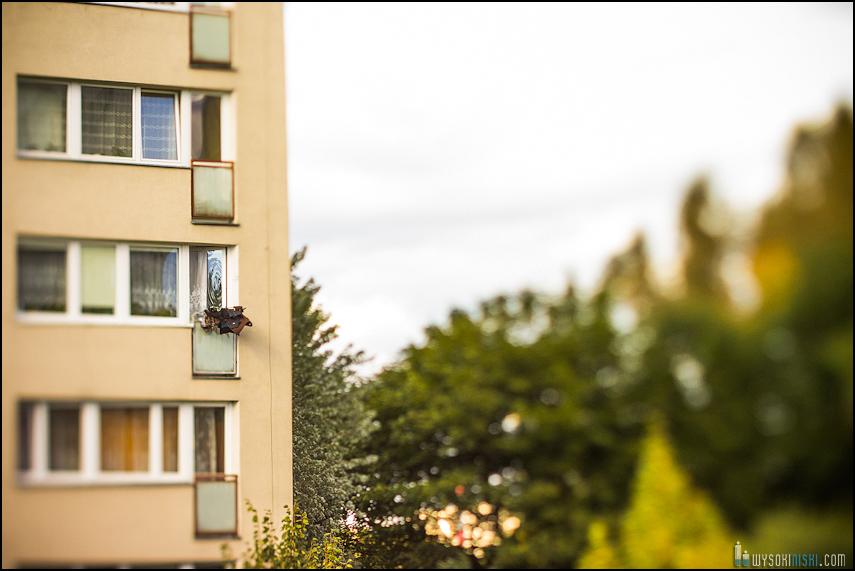 Balkon w bloku na Chomiczówce w Warszawie, zmieniona płaszczyzna ostrości przy pomocy tilt-shift