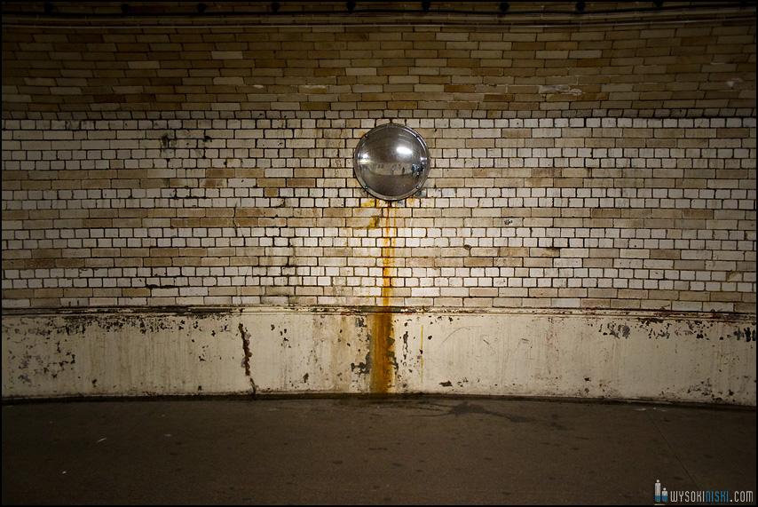 Londyn, przeście podziemne w metrze z lustrem