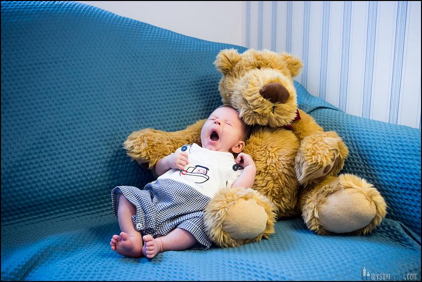 fotografia rodzinna: dziecko i miś