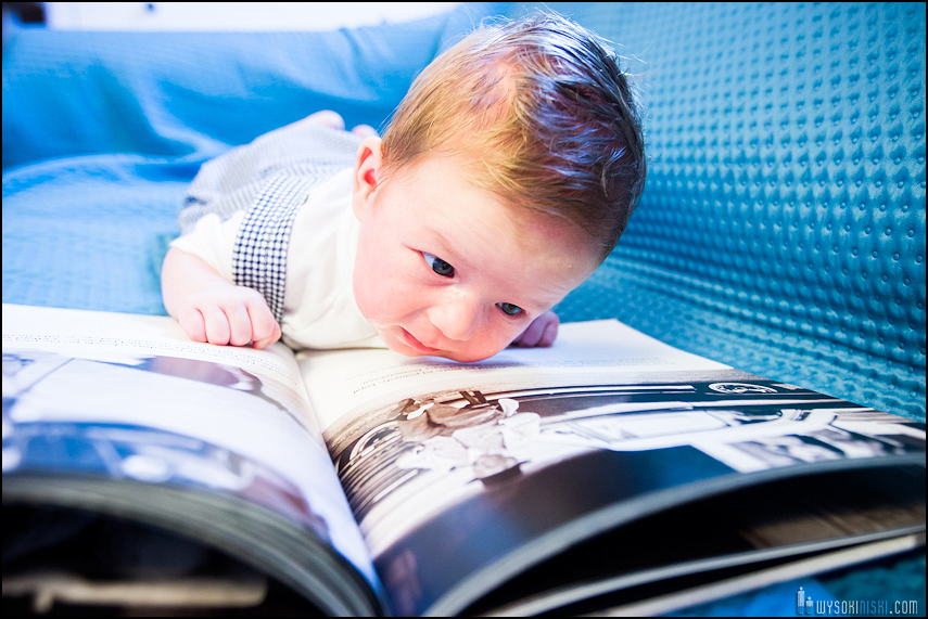 fotografia rodzinna: dziecko czyta książkę