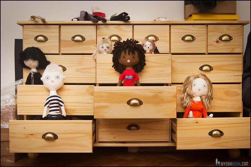Ręcznie robione lalki siedzą w szufladach