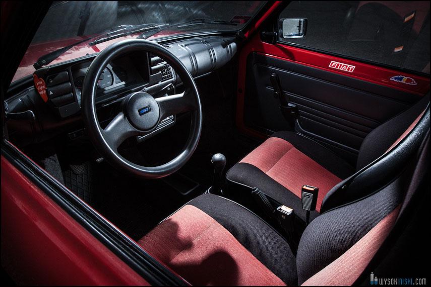 Fiat 126p wnętrze- kierownica, fotele, kokpit