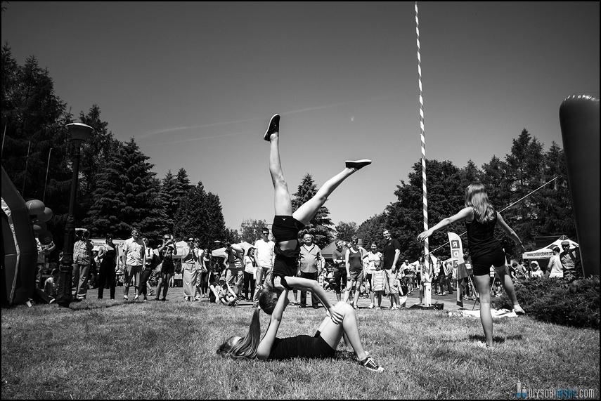 zespół gimnastyczny galactic pokaz na biegu Runbertów