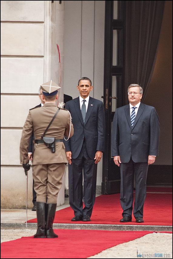 żołnierz salutuje Barack Obama Bronisław Komorowski