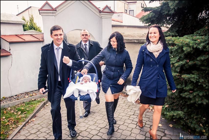 rodzice wchodzą do kościoła