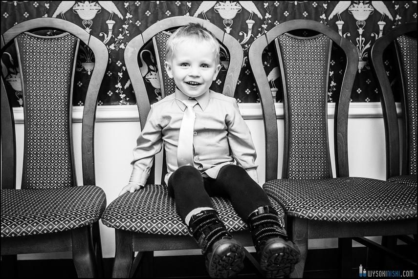 chłopiec na krześle