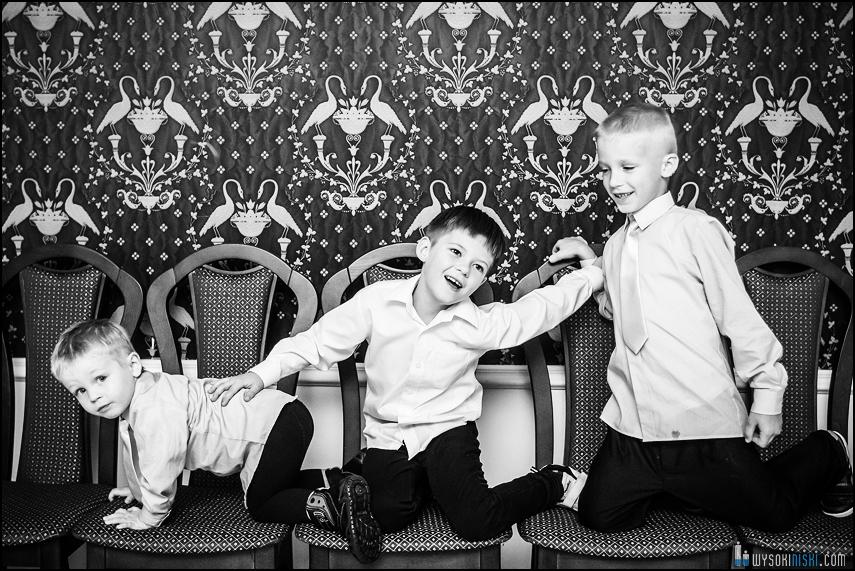 trzech chłopców na krzesłach