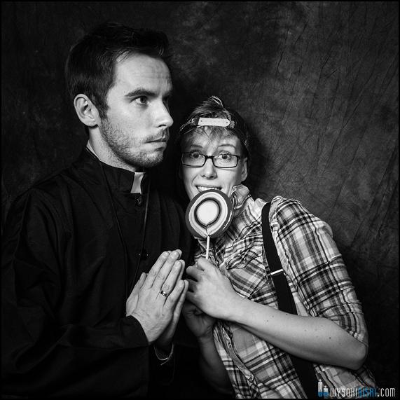 ksiądz i dziecko z lizakiem- kostiumy