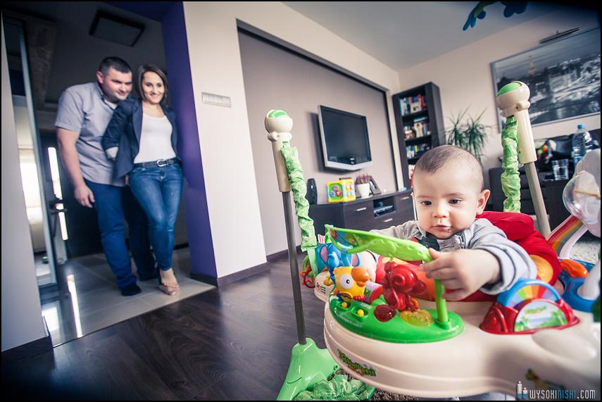 rodzicie dziecko zabawa kojec