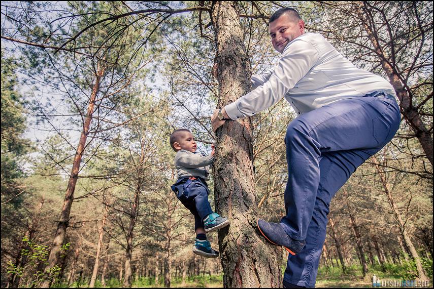 ojciec i syn drzewo Rodzinna sesja fotograficzna Rawa Mazowiecka
