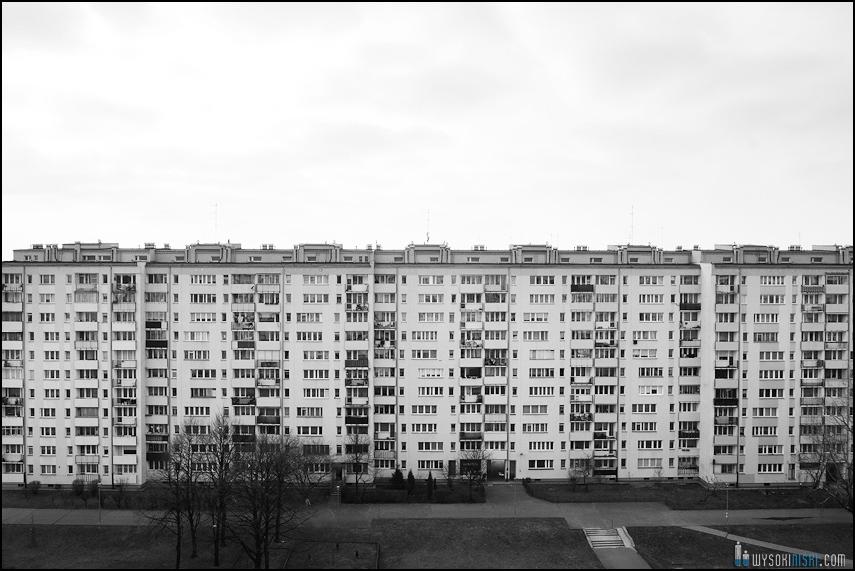 betonowe blokowisko na czarnobiałej fotografii (2)