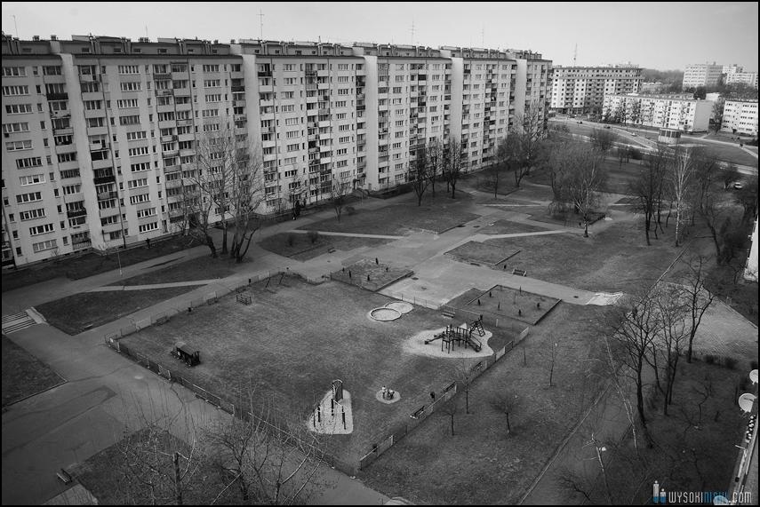 betonowe blokowisko na czarnobiałej fotografii (3)