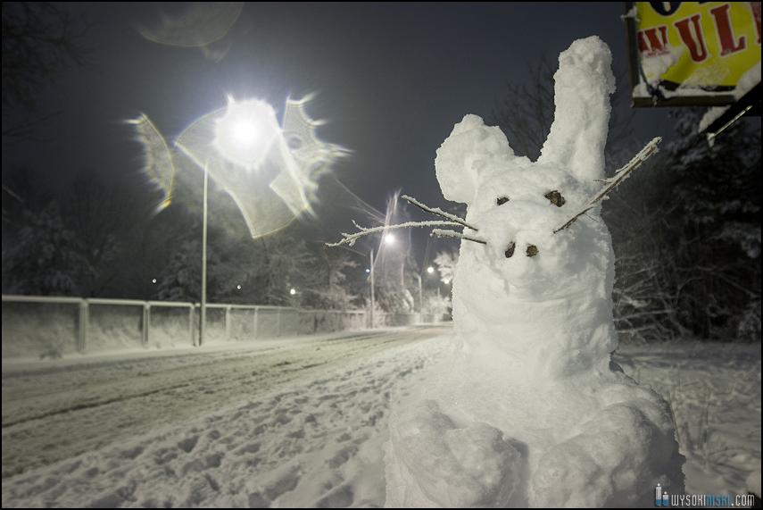 zając ulepiony ze śniegu