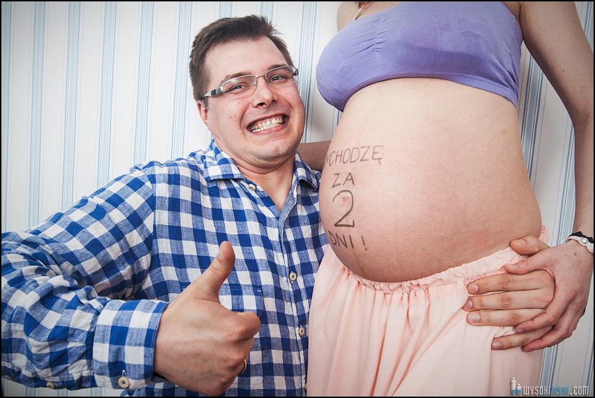 sesja ciążowa - szczęśliwy tata z brzuchem