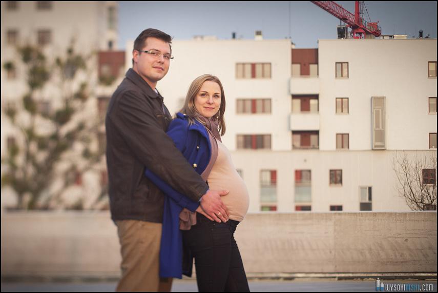 sesja ciążowa Pauliny i Andrzeja na tle białego wieżowca
