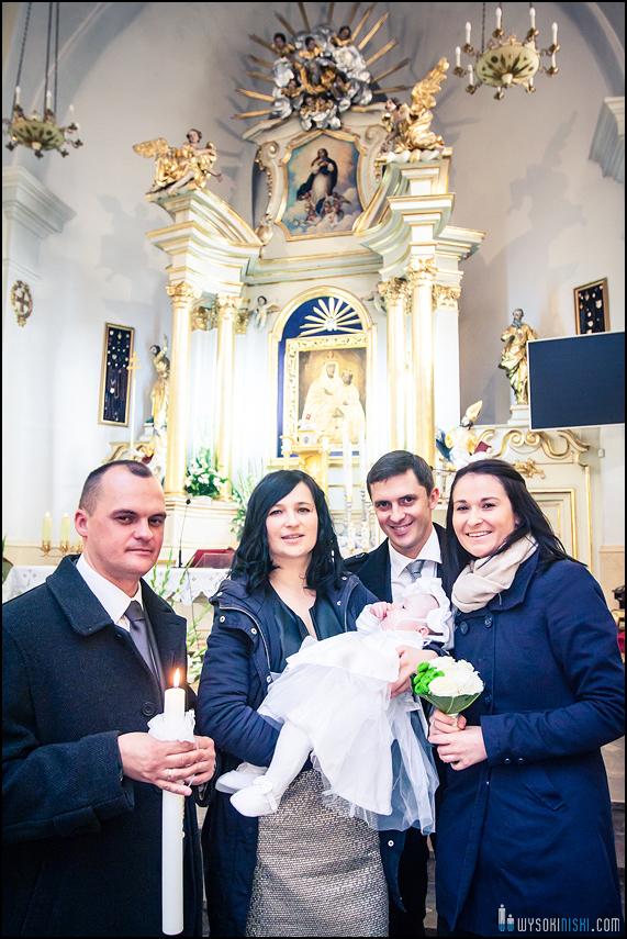 zdjęcie z chrztu pod ołtarzem